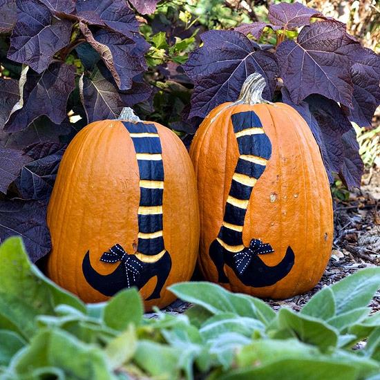 kürbis bemalen halloween deko hexenfüße
