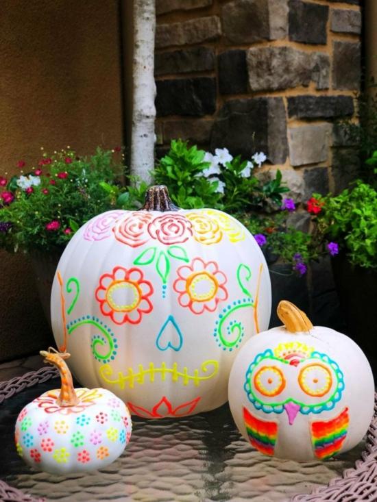 kürbis bemalen halloween leuchtfarbe ideen