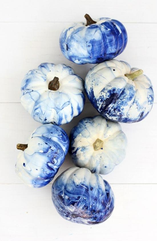 kürbis bemalen marmorier technik blau weiß