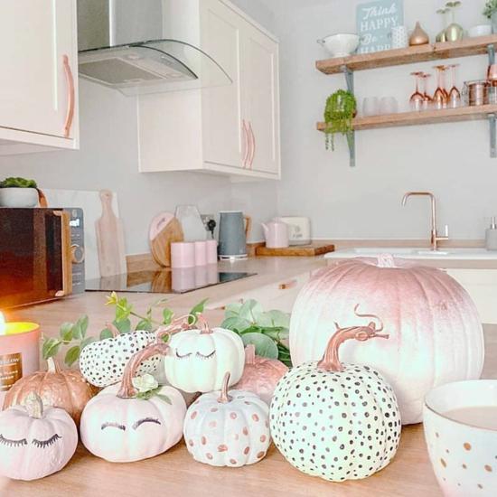kürbis bemalen niedliche deko idee in rosa pastell
