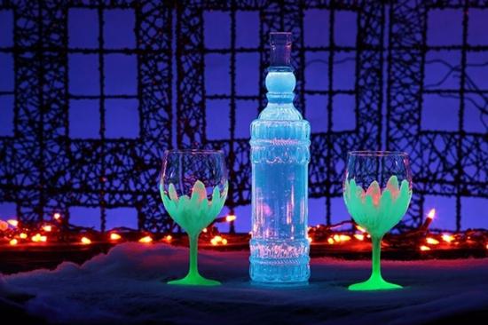 leuchtfarbe deko ideen mit gläsern und flaschen