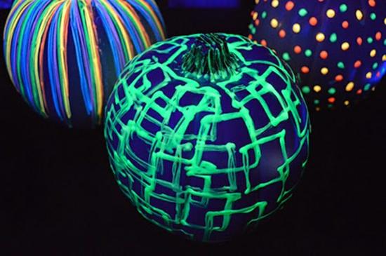 leuchtfarbe deko kürbis bemalen halloween