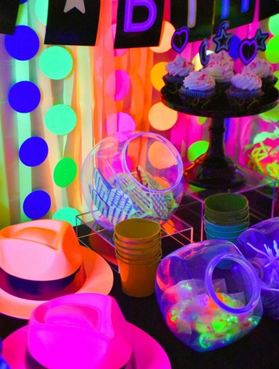 leuchtfarbe halloween party ideen