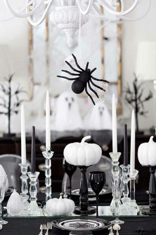 minimalistische halloween tischdeko mit spinne und weißen kürbissen
