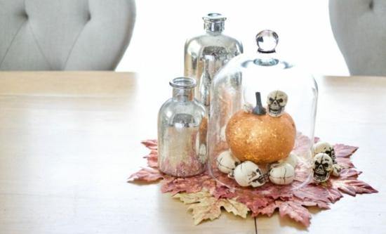 minimalistische herbstliche tischdeko zu halloween mit herbstblättern schädeln kürbis