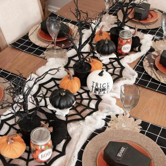 originelle halloween tischdeko mit kürbsissen schwarz orange
