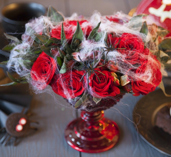 rote rosen spinnwaben halloween tischdeko
