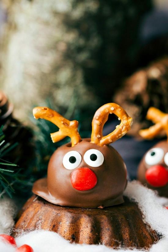 süße rentiere basteln aus schokolade und salzstangen