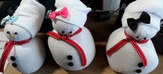 sockenschneemann weihnachtdeko basteln aus alten socken