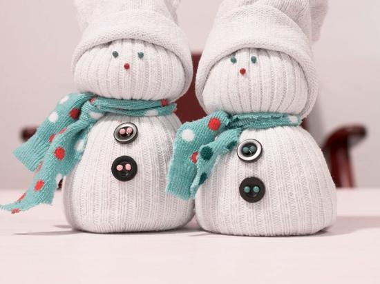 sockenschneemann weihnachtsdeko basteln aus alten socken