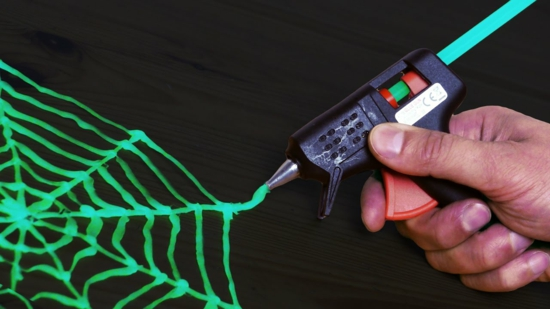 spinnennetz aus leuchtfarbe selber machen