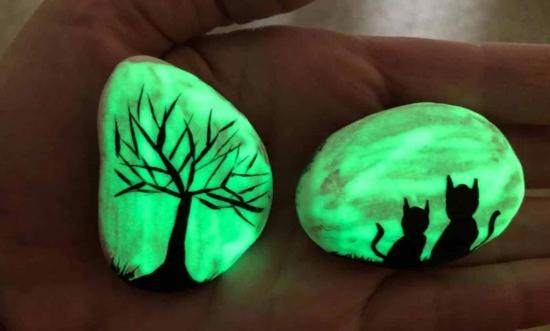 steine bemalen mit leuchtfarbe zu halloween