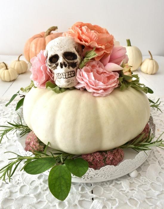 weißer kürbis rosen schädel als tischdeko zu halloween