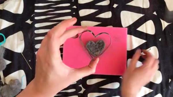 Basteln mit Katzenhaaren Herz basteln Anleitung Ausstecher benutzen