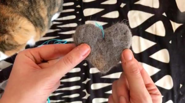 Basteln mit Katzenhaaren Herz filzen Anleitung