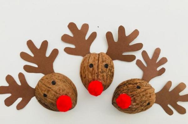 Basteln mit Walnüssen zu Weihnachten und nicht nur – Ideen und Anleitung fertige rentiere rudolf