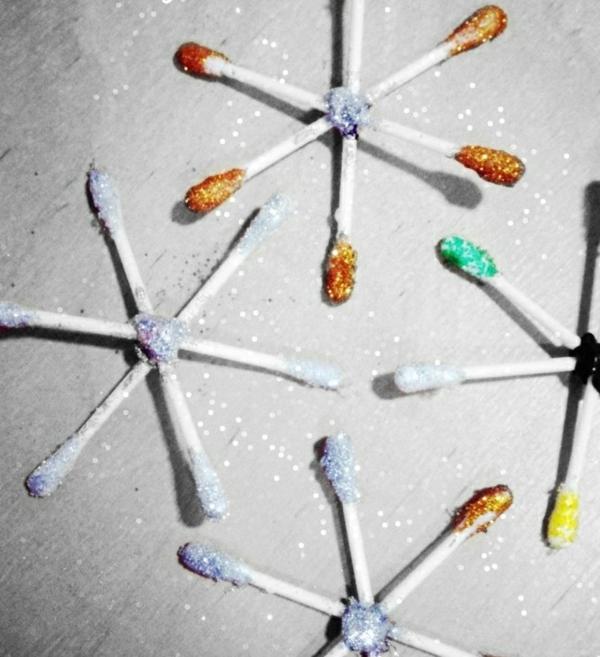 Basteln mit Wattestäbchen Schneeflöcken bastelbn Glitter