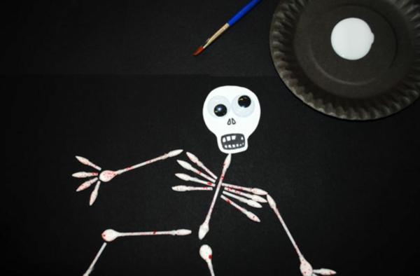 Basteln mit Wattestäbchen Skelett basteln