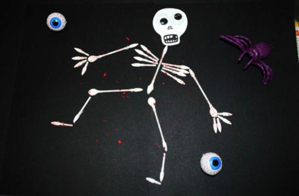 Basteln mit Wattestäbchen Skelett zu Halloween