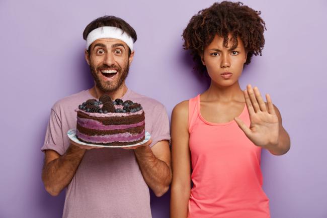 Dinner Cancelling Verzicht auf das Abendessen bei jeder Diät Süßigkeiten sind tabu keine Torte essen