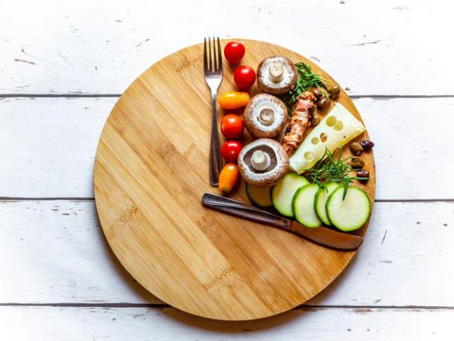 Dinner Cancelling Verzicht auf das Abendessen bis 16 oder 17 Uhr essen weniger Kalorien zu sich nehmen