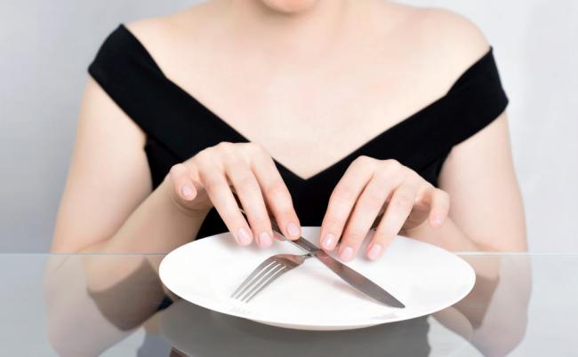 Dinner Cancelling Verzicht auf das Abendessen führt zur Gewichtsabnahme Frau leerer Teller