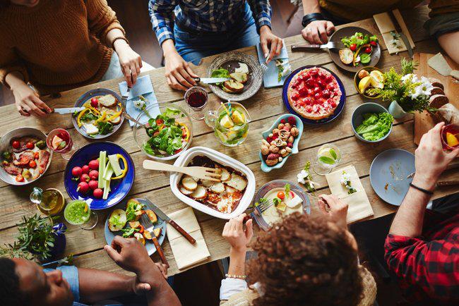 Dinner Cancelling Verzicht auf das Abendessen große Familienfeier auf dem Tisch Teller viele Speisen