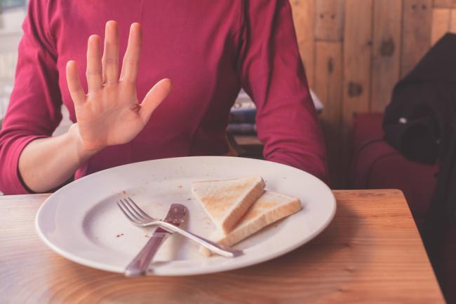 Dinner Cancelling das Abendessen weglassen Frau lehnt ab leerer Teller