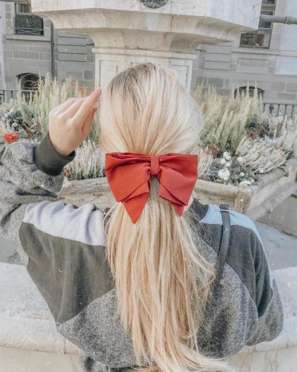 Hübsche, schnelle und einfache Frisuren für Anfänger, die in 5 Minuten machbar sind rote schleife pferdeschwanz