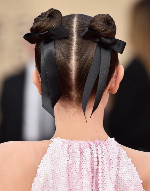 Hübsche, schnelle und einfache Frisuren für Anfänger, die in 5 Minuten machbar sind space buns mit schleifen