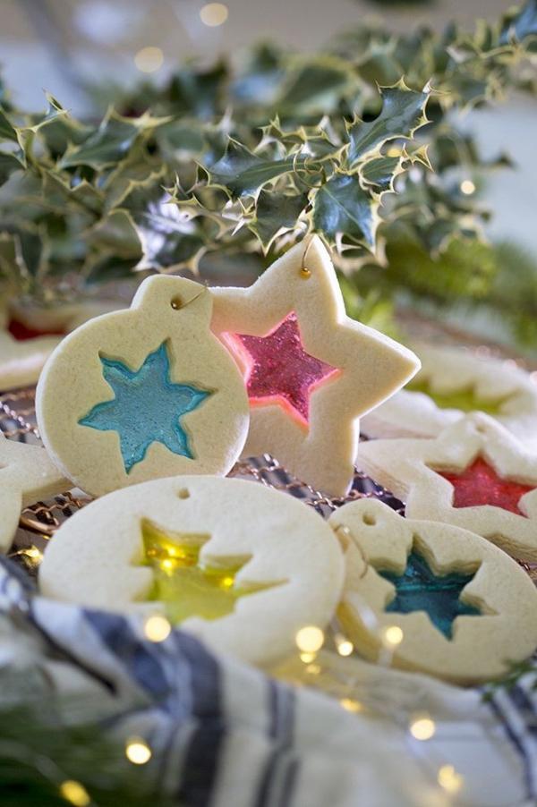 Köstliche Plätzchen Rezept Ideen für ein genussvolles Weihnachten buntglas ornamente bonbons