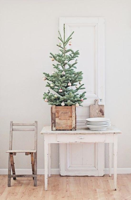 Kleinen Christbaum schmücken zur Schau stellen Purismus Minimalismus im Holzkasten wenig Deko