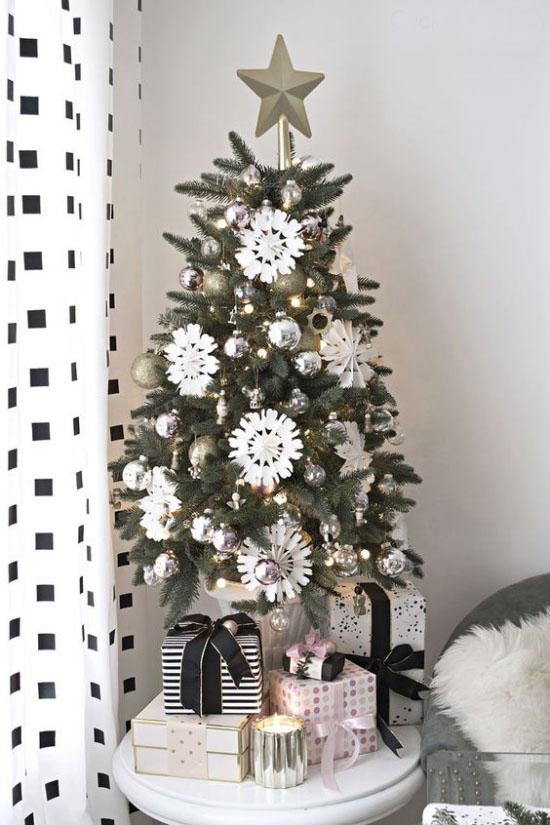 Kleinen Christbaum schmücken zur Schau stellen Weihnachtsdeko in Schwarz und Weiß Schneeflocken Stern Geschenke darunter