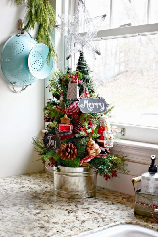Kleinen Christbaum schmücken zur Schau stellen kleine Küchenutensilien am Baum in einer Ecke auf der Küchenarbeitsplatte