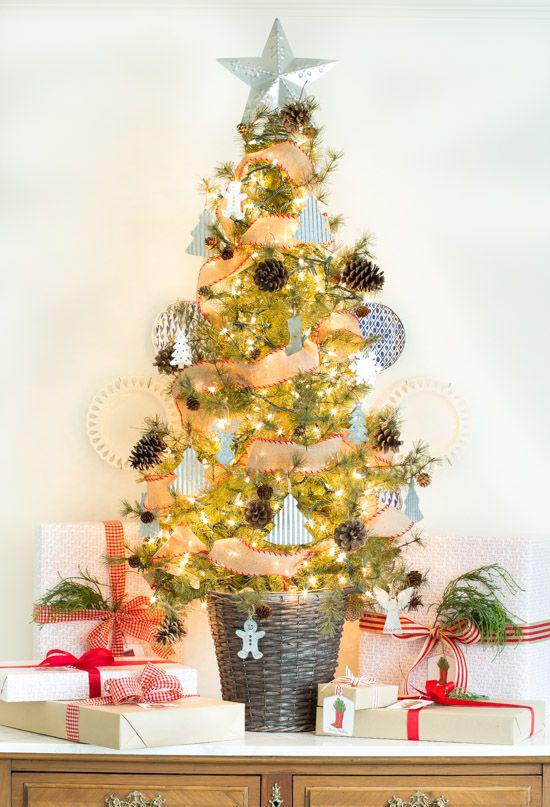 Kleinen Christbaum schmücken zur Schau stellen mit Glanz und Glitzer weihnachtliche Stimmung