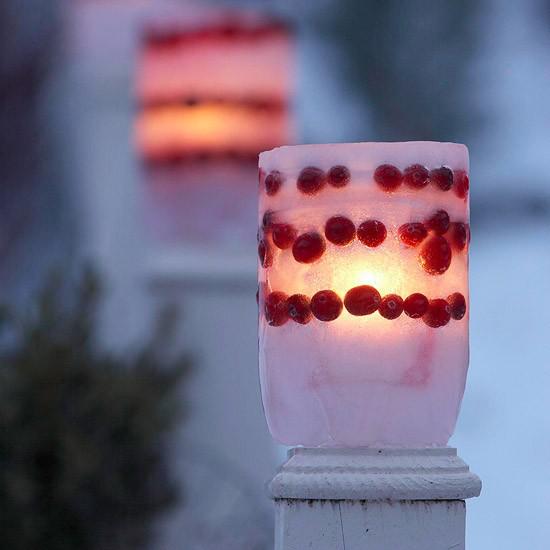 Laternen Weihnachtsdeko drinnen und draußen Laterne aus Glas selber machen mit roten Beeren schmücken praktische Dekoidee