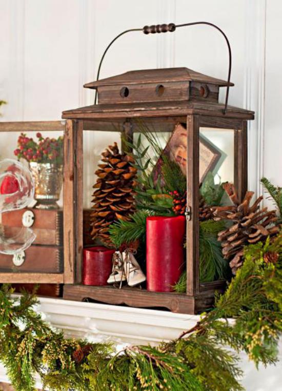 Laternen Weihnachtsdeko drinnen und draußen alte Laterne mit Tannenzapfen viel Grün mit roten Kerzen schmücken