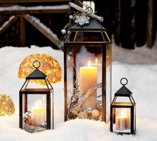 Laternen Weihnachtsdeko drinnen und draußen drei Metalllaternen im Schnee goldgelber Glanz festliche Stimmung