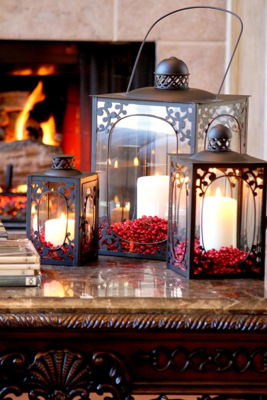 Laternen Weihnachtsdeko drinnen und draußen drei alte Metalllaternen mit weißen Kerzen und roten Beeren geschmückt echter Eyecatcher