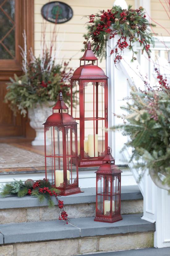 Laternen Weihnachtsdeko drinnen und draußen drei dunkelrote Metalllaternen vor dem Hauseingang auf den Stufen weiße Kerzen rote Beeren