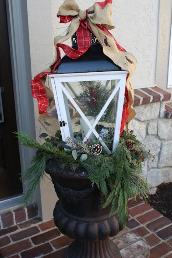 Laternen Weihnachtsdeko drinnen und draußen eine üppig geschmückte Laterne vor dem Hauseingang