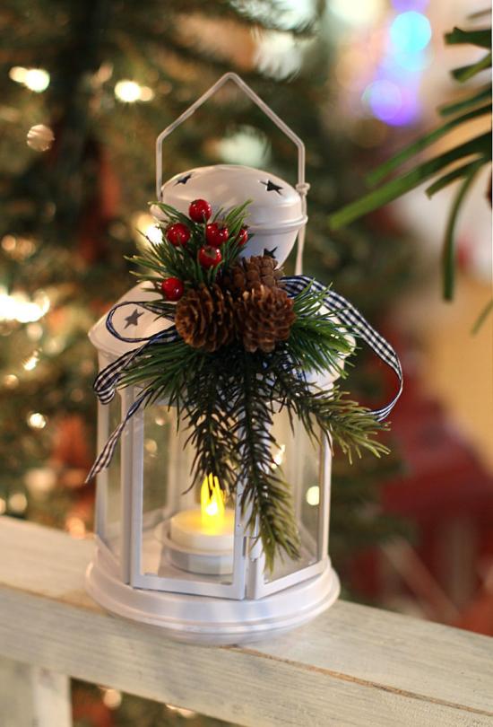 Laternen Weihnachtsdeko drinnen und draußen eine weiße Laterne brennende kerze Tannengrün rote Beeren