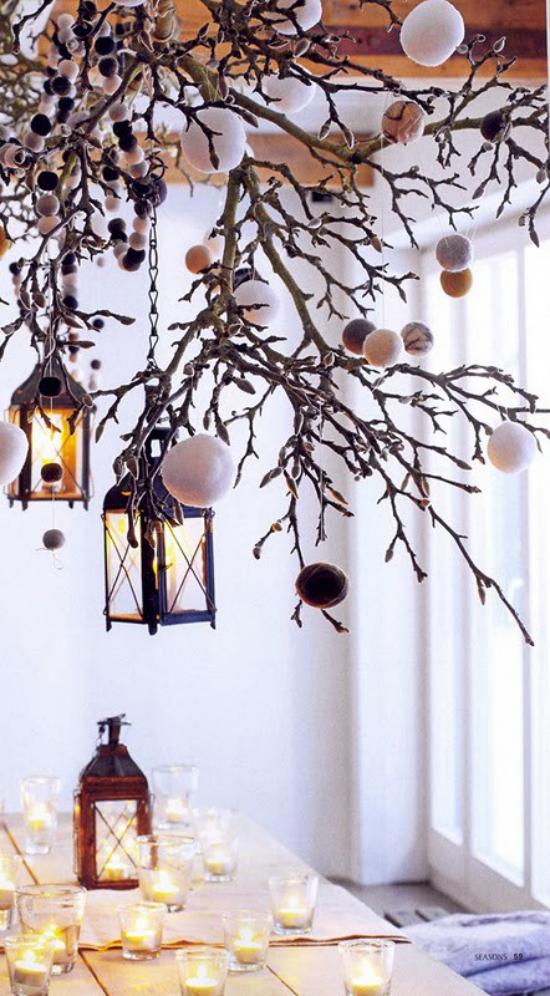 Laternen Weihnachtsdeko drinnen und draußen geschmückte Zweige mit Kugeln Laternen Deko im Raum