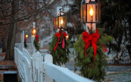 Laternen Weihnachtsdeko drinnen und draußen schmücken den Gartenzaun tannengrün rote Schleifen