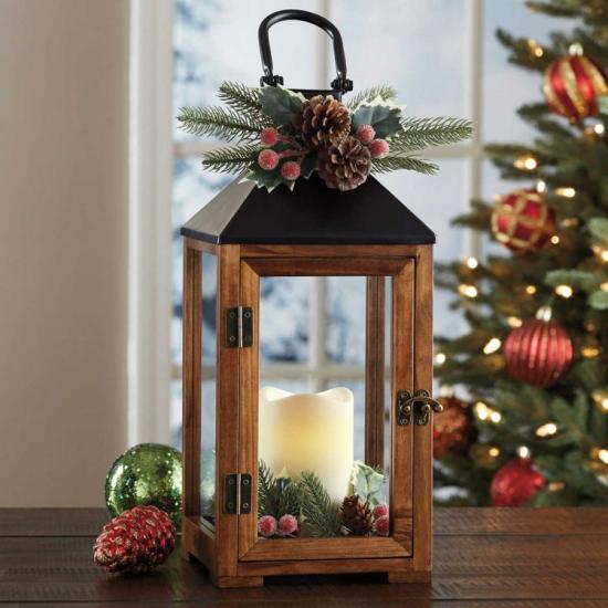 Laternen Weihnachtsdeko drinnen und draußen stilvoll geschmückt weiße Kerze Tannengrün glänzende Weihnachtskugeln