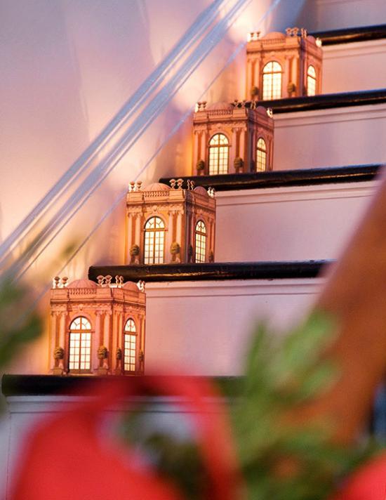 Laternen Weihnachtsdeko drinnen und draußen wie kleine Häuser beleuchtet schmücken das Treppenhaus