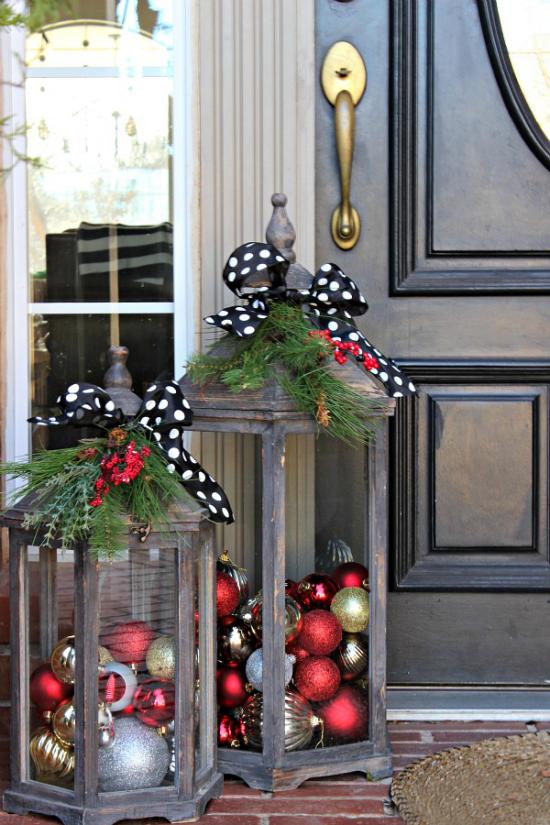 Laternen Weihnachtsdeko drinnen und draußen zwei große Metalllaternen vor dem Hauseingang deko ideen