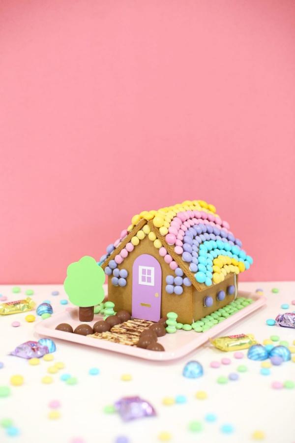 Lebkuchenhaus basteln zu Weihnachten – festliche Ideen, Rezept und Anleitung buntes lebkuchenhaus bonbons m&ms