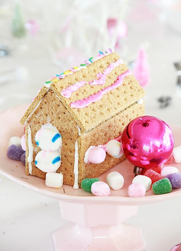 Lebkuchenhaus basteln zu Weihnachten – festliche Ideen, Rezept und Anleitung crackers kraker mit glasur