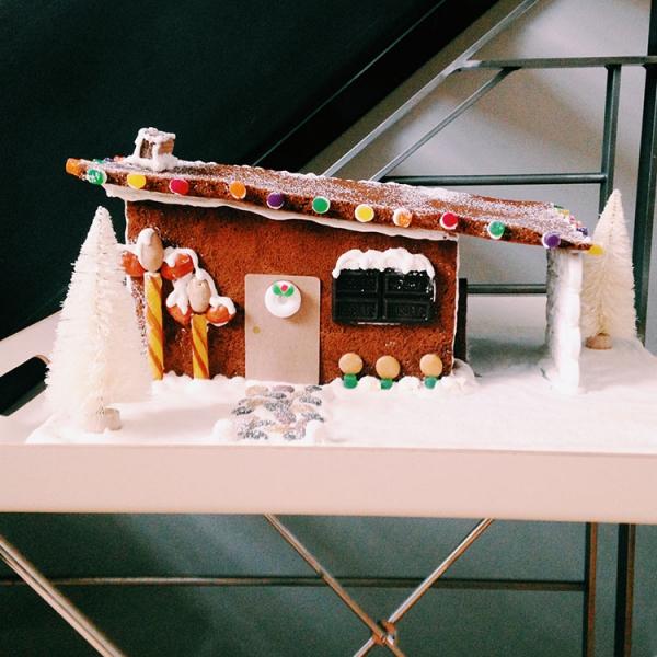 Lebkuchenhaus basteln zu Weihnachten – festliche Ideen, Rezept und Anleitung modernes haus lebkuchen kreativ
